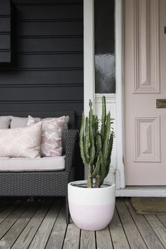 Gorgeous Home with Pink Door House Paint Exterior, Exterior House Colors, Beige House Exterior, Black Exterior, Interior Styling, Interior Decorating, Sustainable Furniture, Character Home, House And Home Magazine