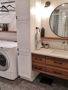 Salle de bain Rustique moderne avec salle de lavage Laundry Chute, Laundry Room Doors, Laundry Room Layouts, Laundry Room Remodel, Small Laundry Rooms, Laundry Room Storage, Laundry Room Design, Laundry In Bathroom, Bathroom Layout