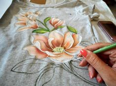 Mit Kindern Painting tutorial on t-shirt how to paint magnolia flowers how to decorate a t-shirt fabric painting course painting art fabric painting Art Decorate Fabric fabric paint shirt Flowers Kindern Magnolia Mit Paint Painting Tshirt Tutorial Fabric Paint Shirt, Fabric Painting On Clothes, Dress Painting, T Shirt Painting, Painted Clothes, Fabric Art, Fabric Crafts, Painting Art, Vinyl Fabric