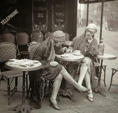 (Possibly?) Solita Solano et Djuna Barnes au café (Maurice Branger, 1922 ou 1925?)