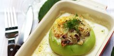 How to prepare kohlrabi stuffed and backed with a bacon and parmezan sauce. Culinary recipe of oven baked kohlrabi in bechamel sauce and bacon. Honey Sauce, Bechamel Sauce, Avocado Egg, Oven Baked, Bacon, Dinner, Eat, Breakfast, Recipes