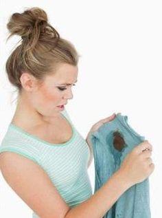 Cómo quitar manchas de moho de la ropa. La aparición de las manchas de moho en la ropa puede ser resultado de varios factores, entre ellos la humedad en el armario o las paredes de nuestra habitación. Sobre todo las prendas de algodón y otr...