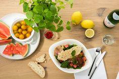 INSALATA MELONE CON PROSCIUTTO | Baby-Blattspinat und Rucola, fruchtige Wassermelone, gelbe Kirschtomaten und luftgetrockneter italienischer Schinken, verfeinert mit Zitronenmelisse. Dazu ein knuspriger Grana Padano D.O.P. Chip. Wir empfehlen dazu unser Zitronendressing.
