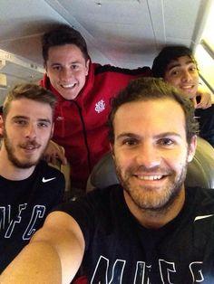 Manchester United plane selfie with De Gea, Mata, Herrera and Rafael. #MUFC pic.twitter.com/RK7DDEQHDQ