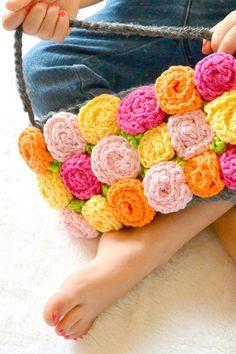 Crochet rose pattern to make a purse By mamainastitch.com