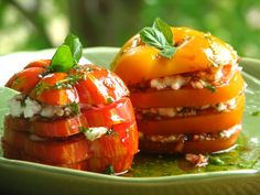Layered Heirloom Tomatoes with Feta & Basil Oil. Tomatoe Recipes Recipes with feta and basil oil I Love Food, Good Food, Yummy Food, Tasty, Salada Caprese, Caprese Salad, Tomato Salad, Tomato Caprese, Great Recipes
