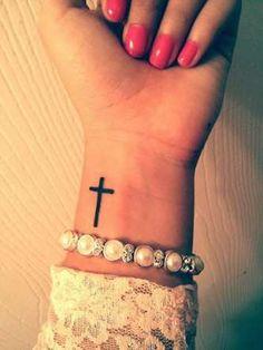 Devenue symbole mode plus que religieux, la croix est un des classiques du monde des tatouages. Et p... - Fournis par Glamour Paris