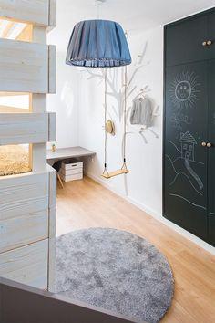 Un dormitorio infantil con columpio y tobogán · A kids bedroom with slide and…