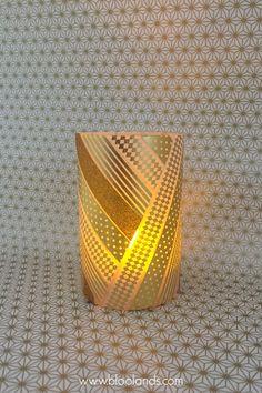 Un décor unique fait de masking tape et de photophores neutres à trouver chez Bloolands ! http://www.bloolands.com/diy-photophore-masking-tape-doree-pour-noel.htm