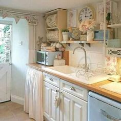 Warm Kitchen, Kitchen Dining, Kitchen Cabinets, Furniture Layout, Painted Furniture, Cozinha Shabby Chic, Shabby Chic Style, Apartment Design, Cottage Chic