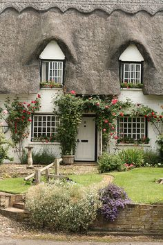 Perfect English Cottage with a Picturesque! - Perfect English Cottage with a Picturesque! Style Cottage, Cute Cottage, Cottage Homes, Cottage Living, Cottage Ideas, Cottage Bedrooms, Irish Cottage, Living Room, English Country Cottages