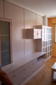 Mueble estilo japonés. Acabado en transparencia blanca, se salva una viga de obra en la zona de la vitrina. #mueblesamedida #mueblesdemadera #madera #mueblesdesalon