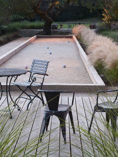 mooie combinatie van een strakke tuin met een jeux-de-boules terein