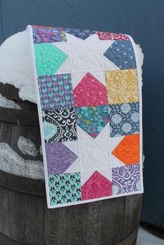 Scrappy Stars Quilt So easy. Use your scrap 5 charm squares This is interesting. Instead of using the coloured fabric for the stars, make them a white, or silver. Table Runner And Placemats, Table Runner Pattern, Quilted Table Runners, Table Runner Tutorial, Star Quilts, Mini Quilts, Quilt Blocks, Sampler Quilts, Scrappy Quilts