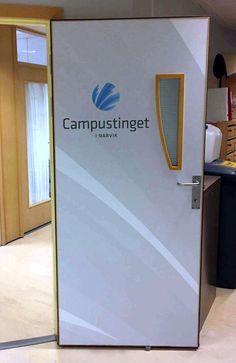 Her har vi foliert ett dørblad til Campustinget i Narvik