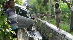 Diduga Sopir Mabuk, Mobil Tabrak Motor  Lalu Nyungsep ke Selokan
