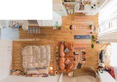こちらはベッドルームとリビングがカーテンで仕切れるタイプの大きなワンルームに住む、和田さんのお部屋。存在感あるソファがかっこいい!>和田さんのお部屋はこちら Small Apartment Interior, Studio Apartment Decorating, Apartment Design, Interior Design Living Room, Studio Apartment Layout, Studio Apartments, Deco Studio, Aesthetic Rooms, House Layouts