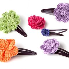 Easy crochet pattern for a cute hair clip with step-by-step photo instructions. Suitable for beginner!