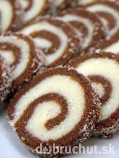 Double Chocolate Roulade Recipe from The Bakers Dozen Chocolate Triffle Recipe, Chocolate Roulade, Chocolate Roll Cake, Chocolate Frosting Recipes, Chocolate Desserts, Chocolate Smoothies, Chocolate Shakeology, Lindt Chocolate, Chocolate Crinkles