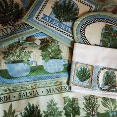 Kit de cozinha completo. Estampa ervas. Avental, pegador de coisa quente, luvas, pano de prato e descanso de panela quente. ♡