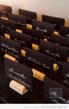 Detalle original, tarjeta con nombres para bodas con corchos de vino
