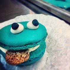 cookie monster macaron.