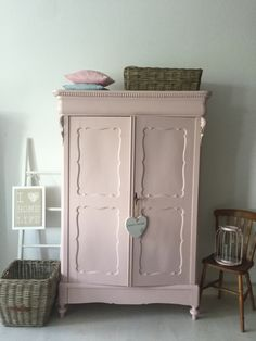 Biedermeier kast Pioen roze Biedermeier kast Pioen roze The post Biedermeier kast Pioen roze appeared first on Slaapkamer ideeën. Shabby Chic Pink, Shabby Chic Bedrooms, Trendy Bedroom, Woman Bedroom, Girls Bedroom, Coral Painted Furniture, Little Girl Rooms, Living Room Grey, Furniture Makeover