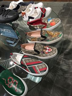 Gucci Mens Sneakers, Gucci Shoes, Gucci Fashion, Fashion Shoes, Mens Fashion, Diy Galaxy Shoes, Tenis Vans, Gucci Brand, Italian Shoes