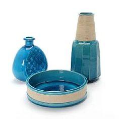 1335/595 - Nils Kähler: To vaser samt en skål af stentøj, delvist dekoreret med transparent turkisblå glasur. En sign. Nils, HAK. Udført hos...