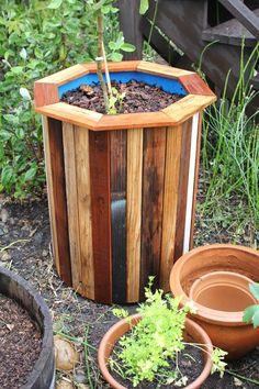 Stylish and Low Cost 55 Gallon Drum Planters - Dress up plastic containers with some scrap wood for sturdy and attractive container gardens! Diy Wooden Planters, Diy Planters Outdoor, Garden Planters, Pallet Planters, Barrel Planter, Planter Boxes, Planter Ideas, Outdoor Projects, Garden Projects