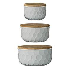 De mooie schalen set met bamboe deksel van Bloomingville is gemaakt van aardewerk in een grijze kleur met bijpassende bamboe deksels. Gebruik de drie schalen voor opslag in uw keuken en laat ze uw keuken meer glans geven!