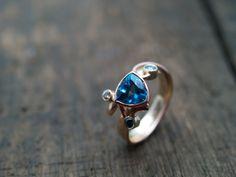 Ring gemaakt van oude geelgouden trouwring met rosegoud, blauwe topaas en diamant | 014