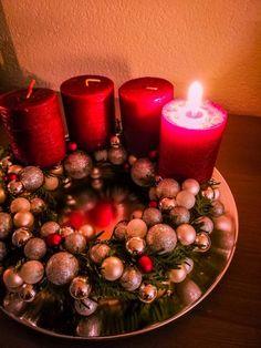Adventní věnec s mini vánočními ozdobami Dyi, Christmas Tree, Seasons, Table Decorations, Holiday Decor, Projects, Home Decor, Teal Christmas Tree, Log Projects