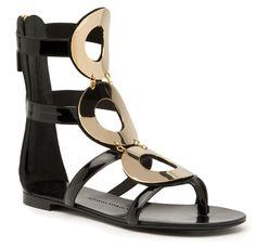 Shopping Mode Les 30 sandales de l'été 2015 : sandales montantes Rylee noires et boucles dorées Giuseppe Zanotti Design http://www.vogue.fr/mode/shopping/diaporama/les-30-sandales-mode-de-lete-2015/21052/carrousel