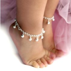 Little baby feet are so adorable, especially when they are on tiptoe, wearing silvery jangly anklets! Cute Little Baby, Baby Love, Little Girls, Baby Jewelry, Kids Jewelry, Little Girl Jewelry, Silver Jewelry, Jewelry Making, Baby Schmuck