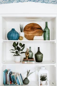 Living Room Shelves, Home Living Room, Living Room Decor, Bedroom Decor, Styling Bookshelves, Decorating Bookshelves, Deco Paris, Wine House, Interior Decorating