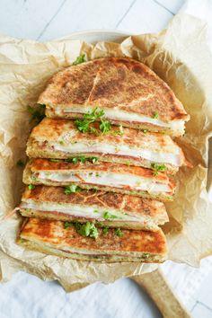 Luksus Pitabrødstoast - Lækker Toast Med 3 Slags Ost Og Hvidløgssmør Toast Sandwich, First Kitchen, Chorizo, Cheddar, Sandwiches, Food Porn, Paleo, Food And Drink, Pizza
