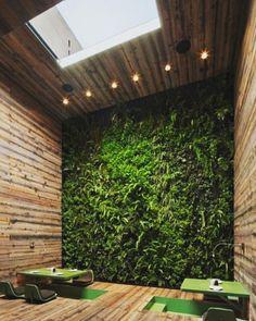 Qui pourrais penser qu'il s'agit d'un mur végétal artificiel. Découvrez nos panneaux végétaux artificiel haut de gamme pour encore plus de réalisme ! Restaurant Design, Deco Restaurant, Restaurant Interiors, Organic Restaurant, Tokyo Restaurant, Restaurant Seating, Luxury Restaurant, Restaurant Ideas, House Interiors