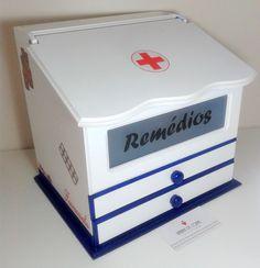 A caixa para remédios em mdf decorada, é ideal para unir praticidade, organização e beleza. Ela vai deixar seus remédios organizados e bem guardados!  Caixa em mdf com abertura frontal e gaveta, pintada/envernizada/laqueada e técnicas de decoupage.