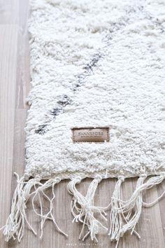 small home decor Rug Inspiration, Interior Design Inspiration, Nordic Design, Nordic Style, Rugs On Carpet, Carpets, Cool Beds, Scandinavian Interior, Ideal Home