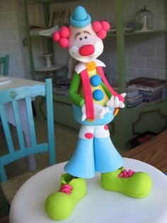 Clown cake topper (No Tutorial, just image) Fondant Figures, Fondant Cake Toppers, Polymer Clay Figures, Polymer Clay Crafts, Cake Topper Tutorial, Fondant Tutorial, Biscuit, Clown Cake, Fondant People