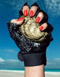 Projeto verão: três sugestões para sua manicure resistir à praia  (Foto: Raymond Meier para Vogue UK)