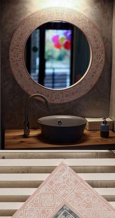 На состаренную деревянную раму тщательно нанесено несколько слоев краски на водной основе. Завершающим штрихом служит двойное покрытие бесцветным лаком, который делает возможным эксплуатацию в сырых помещениях. Mirror, Frame, Furniture, Home Decor, Picture Frame, Decoration Home, Room Decor, Mirrors, Home Furnishings