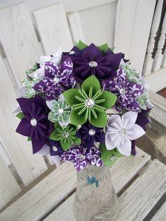 Flor en el ojal y ramo de novia de flor de papel personalizables    Este es un gran ramo de flores. La flor en el ojal se compone de 3 flores en 2