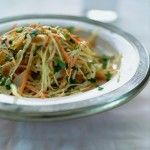 salade van witte kool en wortel met tahin-citroendressing - deliciousmagazine.nl