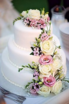 Ohhh, so pretty! Look at my board Wedding Cakes for some gorgeous cakes! Wedding Cake Fresh Flowers, Fresh Flower Cake, Floral Wedding Cakes, Elegant Wedding Cakes, Wedding Cake Designs, Real Flowers, Cake Wedding, Wedding Bouquet, Purple Flowers