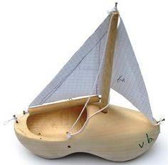 Een klomp met een zeiltje,maakten we zelf. Holland, Dutch Wooden Shoes, Shoe Last, Clogs Shoes, Crafty, Sailboats, Sculptures, Fresh, Ideas