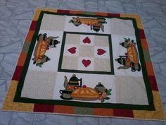 Toalha de Mesa em patchwork e aplicações, feita com tecidos nacionais e importados.