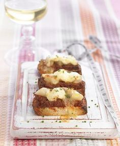 Tapita de sobrasada con peras y queso de cabra gratinado | Delicooks | Good Food Good Life