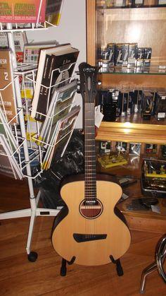 Bom dia! Venha ao Salão Musical de Lisboa experimentar as guitarras Corona. Temos vários modelos e acabamentos disponíveis, consulte www.salaomusical.com